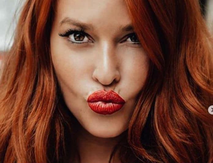 Σίσσυ Χρηστίδου: Έβαλε φούστα και τοπ από μπλε βελούδο! Τα κόκκινα μαλλιά της, έκαναν αντίθεση!
