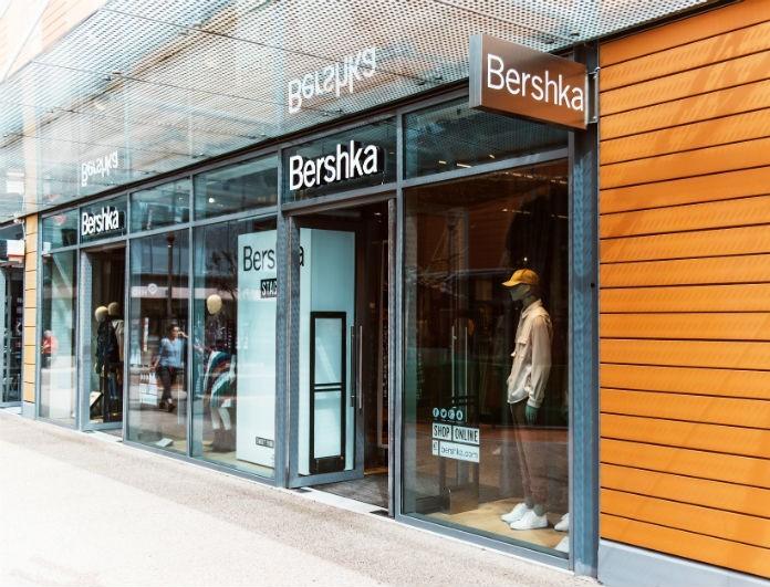 Bershka: Αυτό το μπλουζάκι με ασημί λεπτομερείς θα