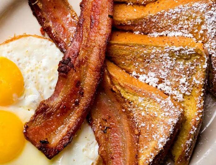 Φτιάξτε το καλύτερο πρωινό που έχετε φάει ποτέ στην ζωή σας! Τηγανισμένο τοστ με τραγανό μπέικον!