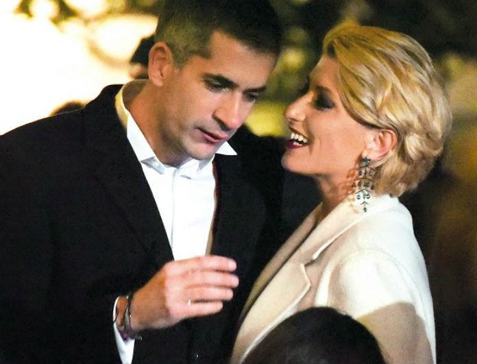 Σία Κοσιώνη: Καρέ καρέ η αγκαλιά και το πρώτο φιλί για το 2020 με τον Κώστα Μπακογιάννη! Λαμπερή με το κόκκινο κραγιόν στα χείλη...