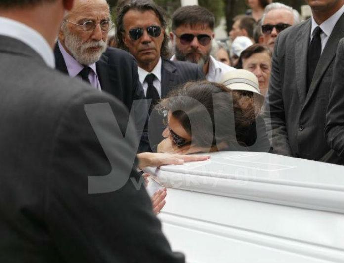 Ζωή Λάσκαρη: Η Ζένια Μπονάτσου σπάραξε στο κλάμα στην κηδεία! Τα ντοκουμέντα στο φως...