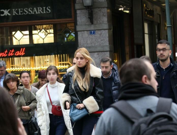 Δούκισσα Νομικού: Κυκλοφορούσε στο κέντρο της Αθήνας με παντελόνι καμπάνα! Καρέ καρέ η εμφάνισή της σε φωτογραφίες! Απίστευτο σώμα!