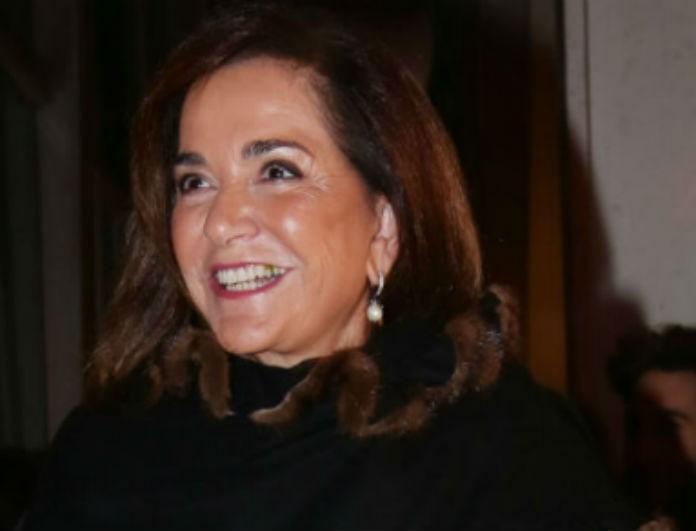 Ντόρα Μπακογιάννη: Πιο κομψή από ποτέ σε δημόσια εμφάνιση της! Το πανωφόρι της «μαγνήτισε» τα βλέμματα!