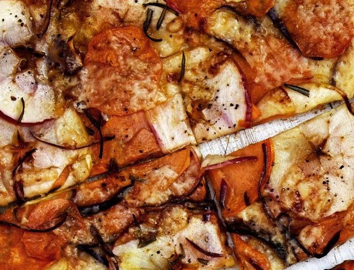 Μήλο, γλυκοπατάτα και δενδρολίβανο σε μια συνταγή πίτσας που αντίστοιχη δεν έχεις δοκιμάσει ξανά!
