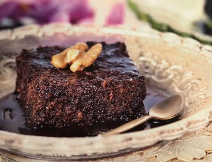 Αργυρώ Μπαρμπαρίγου: Η συνταγή της για καρυδόπιτα με σιρόπι σοκολάτας είναι πειρασμός! Τα δικά της μυστικά...