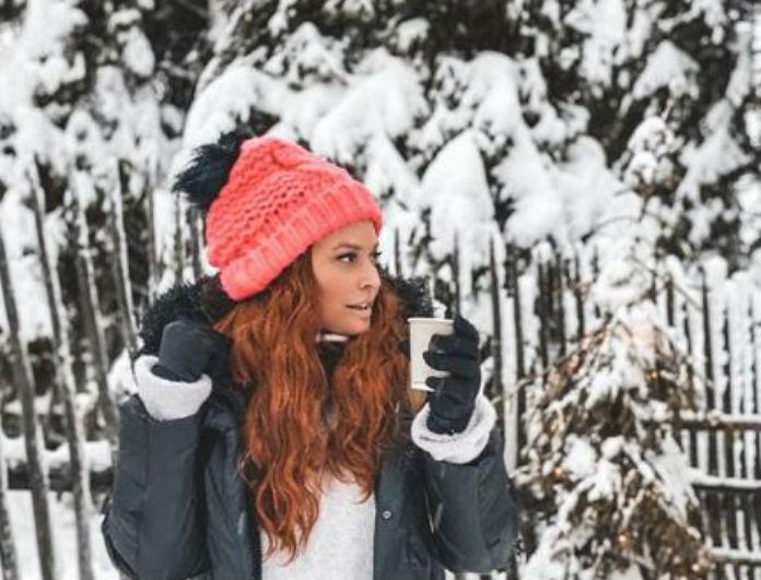 Σίσσυ Χρηστίδου: Έβαλε λευκό πουκάμισο και μαύρο παντελόνι! Πόζαρε στη βροχή και έκανε αντίθεση με τα κόκκινα μαλλιά της!