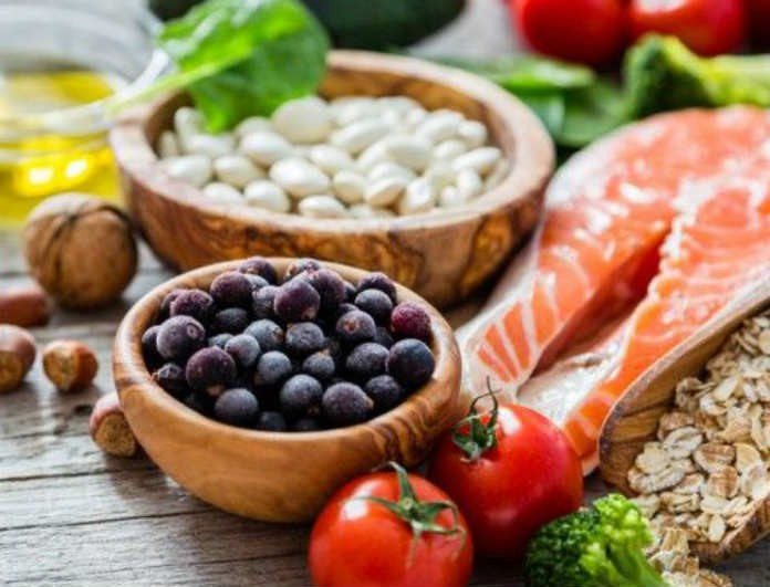 Κορίτσια προσοχή! Αυτές είναι οι τροφές που πρέπει να αποφεύγετε για να παραμείνετε υγιείς!