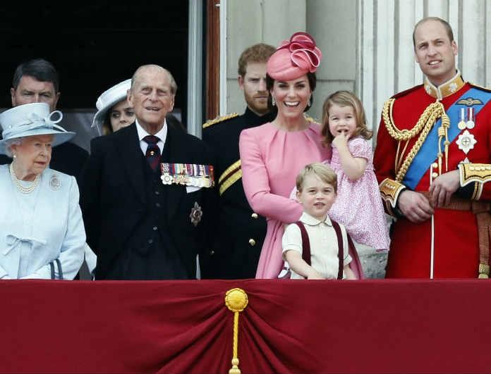 Η βασιλική οικογένεια όπως δεν την έχετε ξαναδεί! Έγιναν viral! η εικόνα που