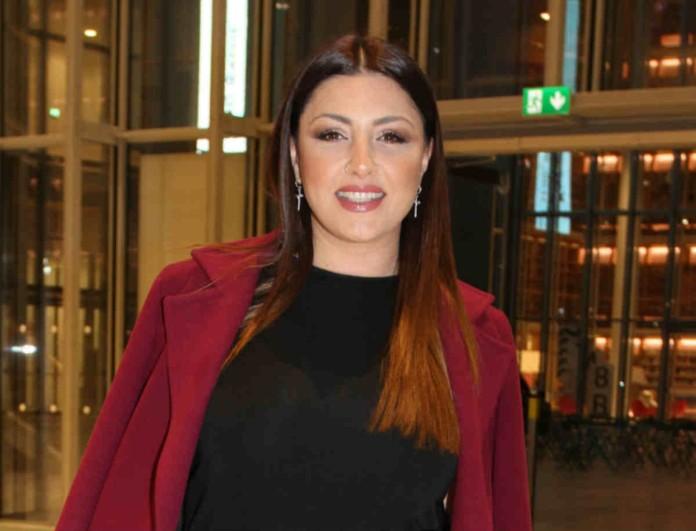 Έλενα Παπαρίζου: Μάγεψε με το μίνι μαύρο της φόρεμα