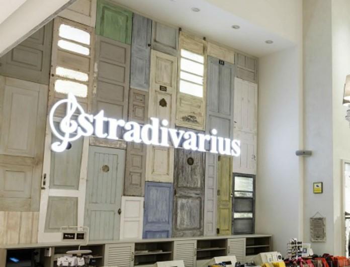 Μόλις έφτασαν στα Stradivarius αυτά τα 2 μοναδικά φορέματα για την Άνοιξη