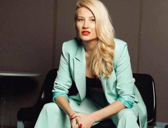 Η τζιν φούστα της Φαίης Σκορδά κάνει κάτω από 50 ευρώ - Δίνει ύψος στα πόδια σου