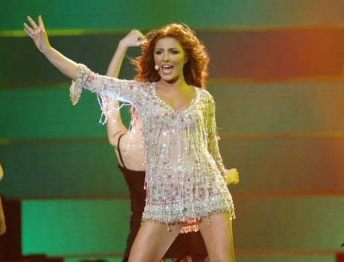 Έλενα Παπαρίζου: Ανέβηκε στην σκηνή με μίνι φούστα, λες και ήταν στην Eurovision! Το κοινό της έδωσε 12άρι!