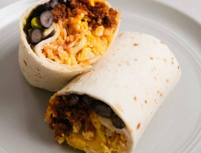 Έχεις πρόβλημα με το πρωινό; Φτιάξε το τέλειο μπουρίτο και θα γλείφεις και τα δάχτυλά σου!