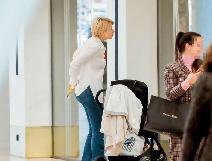Η βόλτα της Σίας Κοσιώνη με το γιο της - Εντελώς άβαφη και απλή