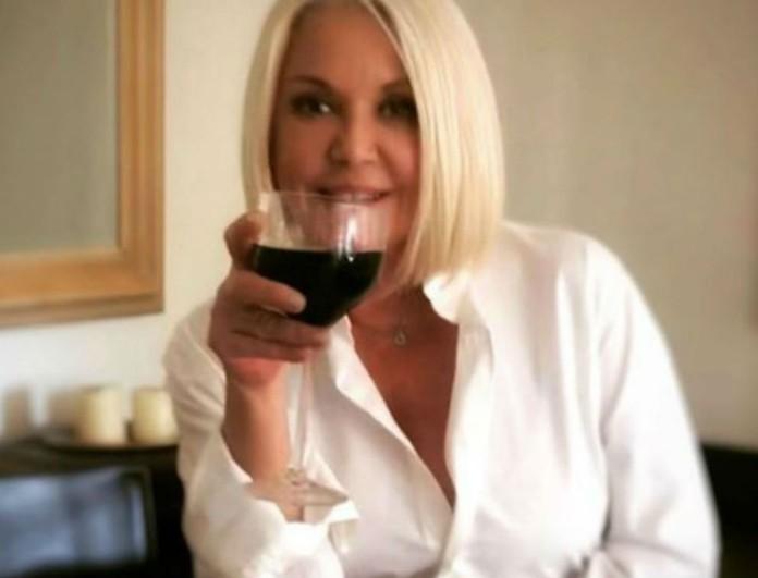 Ρούλα Κορομηλά: Φόρεσε λευκό πουλόβερ και καλσόν με βούλες! Φωτογραφία από το σαλόνι της!