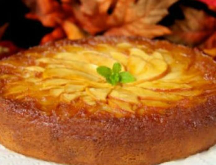 Βέφα Αλεξιάδου: Φτιάχνει ανάποδο κέικ με καραμελωμένα σταφύλια και μήλα! Βάζει και κανέλα και γίνεται χαμός στην κουζίνα!