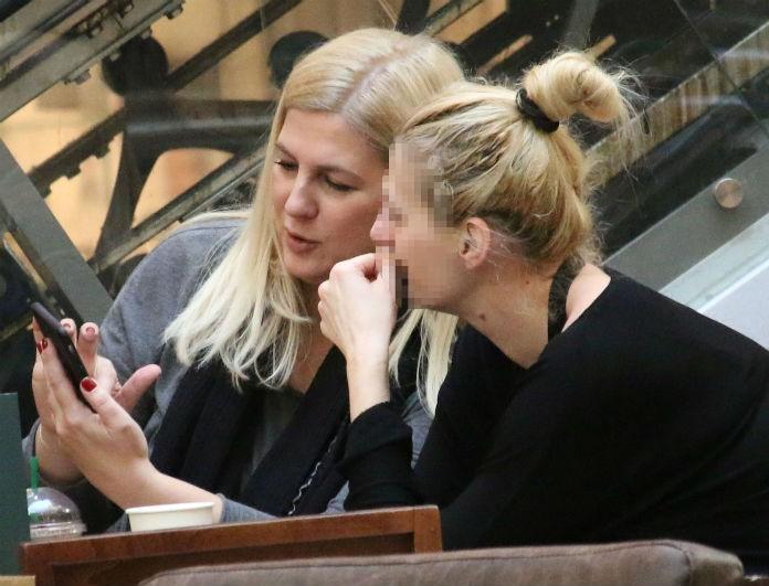 Ράνια Θρασκιά: Την «τσάκωσαν» χωρίς ίχνος μακιγιάζ στο πρόσωπο της! Ποιος ήταν στο πλευρό της;