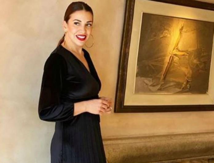 Με φόρεμα σακάκι η Ελένη Χατζίδου - Η πόζα που τρέλανε τον Ετεοκλή