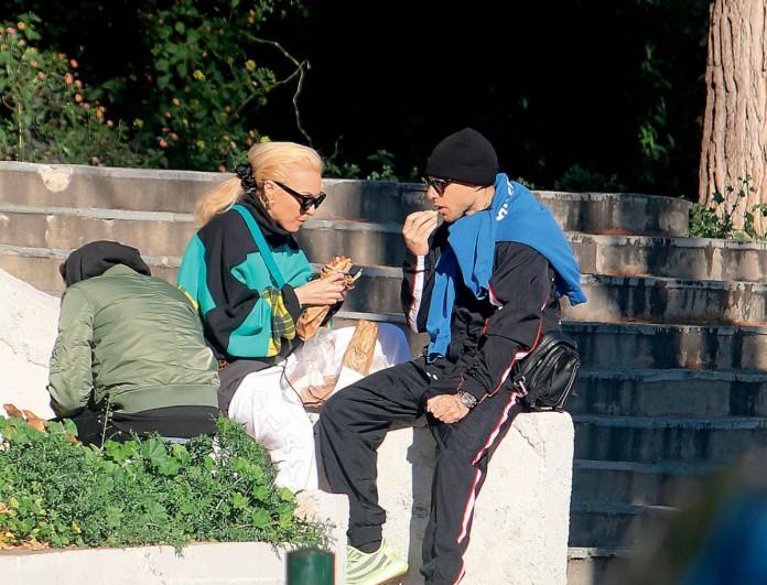 Η Τάμτα με πιτόγυρο στο χέρι στην πλατεία της Γλυφάδας - Ο Πάρις Κασιδόκωστας την τραβούσε φωτογραφίες