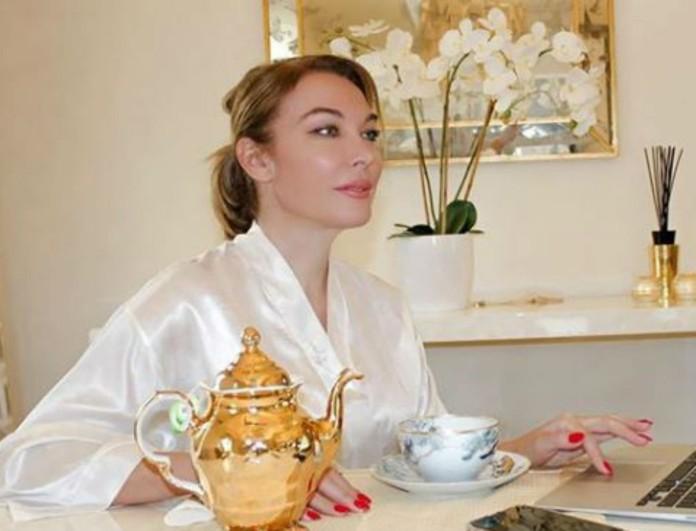 Στα λευκά η Τατιάνα Στεφανίδου - Με φόρεμα γεμάτο κουμπιά και σκίσιμο
