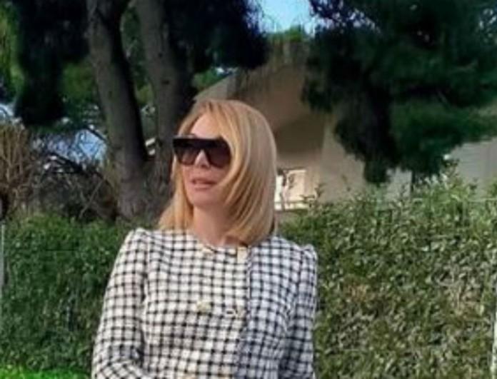 Με total white η Τατιάνα Στεφανίδου - Περπάτησε στο δρόμο και όλοι κοιτούσαν τις μπότες της