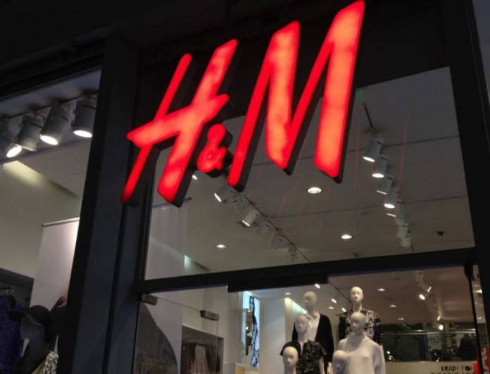 Αυτό το μπλουζάκι από τα H&M θα το φοράς όλη την άνοιξη