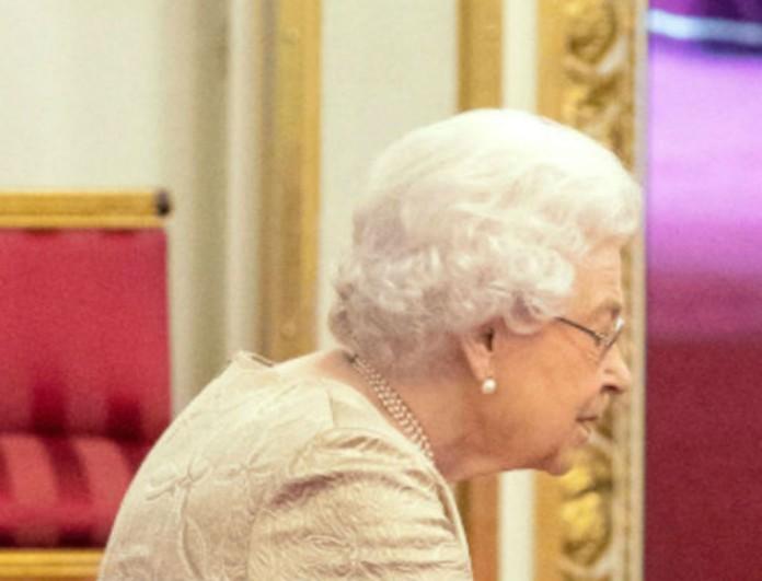 Φοβάται τον κορωνοϊό η Βασίλισσα Ελισάβετ - Δεν φαντάζεστε τι φόρεσε σε απονομή μεταλλείων