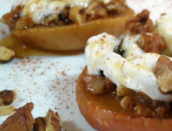 Ψητό μήλο με γιαούρτι και κανέλα από την Βέφα Αλεξιάδου