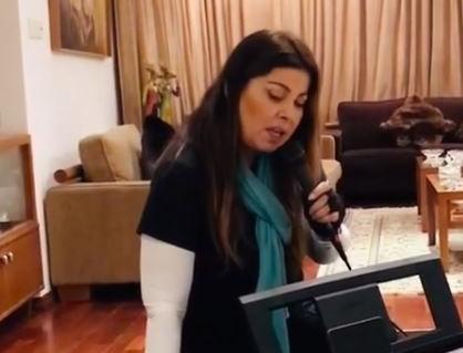 Ποια επιτυχία της Βανδή τραγούδησε η Άντζελα Δημητρίου από το σαλόνι της;