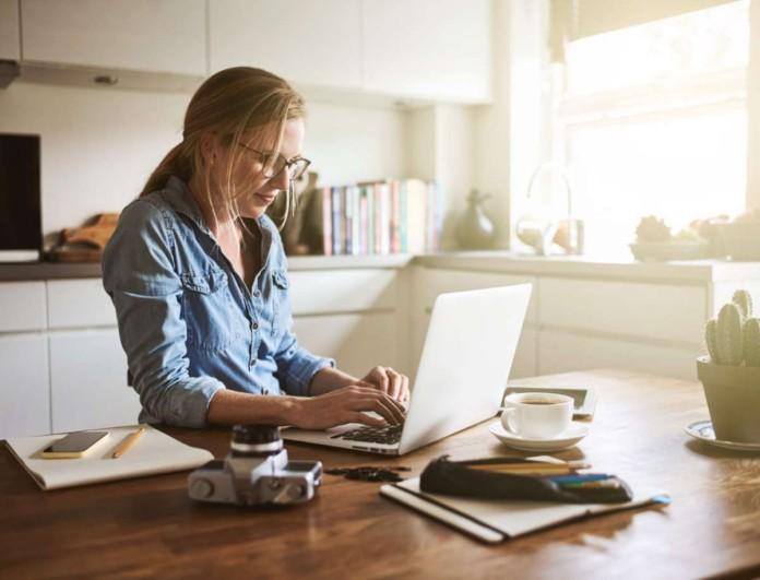 Δουλεύεις από το σπίτι; Να τι πρέπει να φοράς για να νιώθεις άνετη και σικ