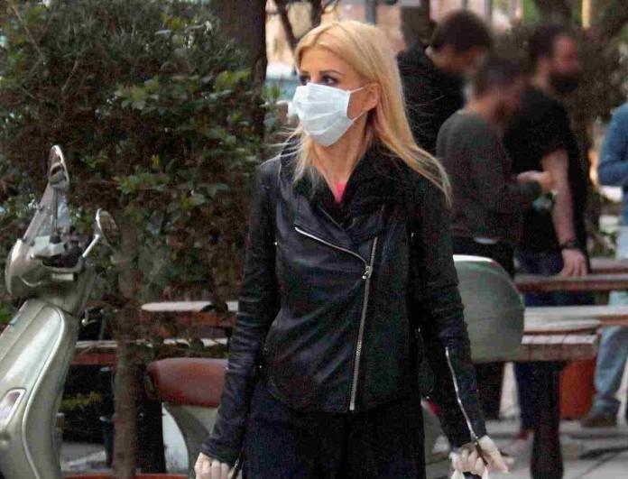 Με μάσκα και γάντια η Έλενα Ράπτη για ψώνια στον μανάβη