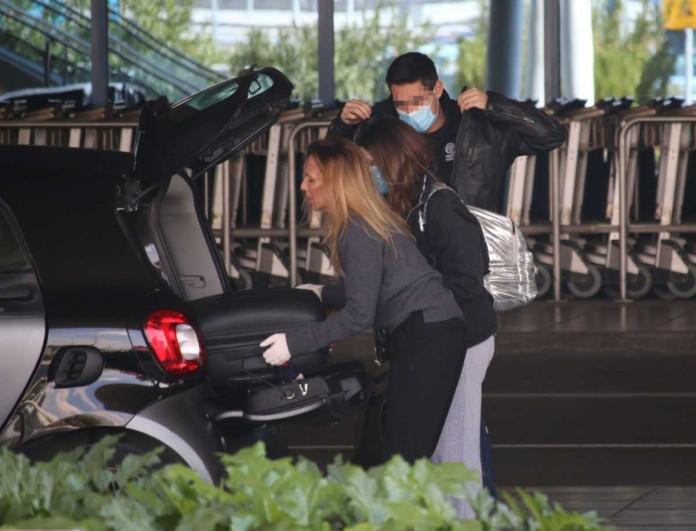 Με μάσκες στο αεροδρόμιο η Εβελίνα Παπούλια με την κόρη της