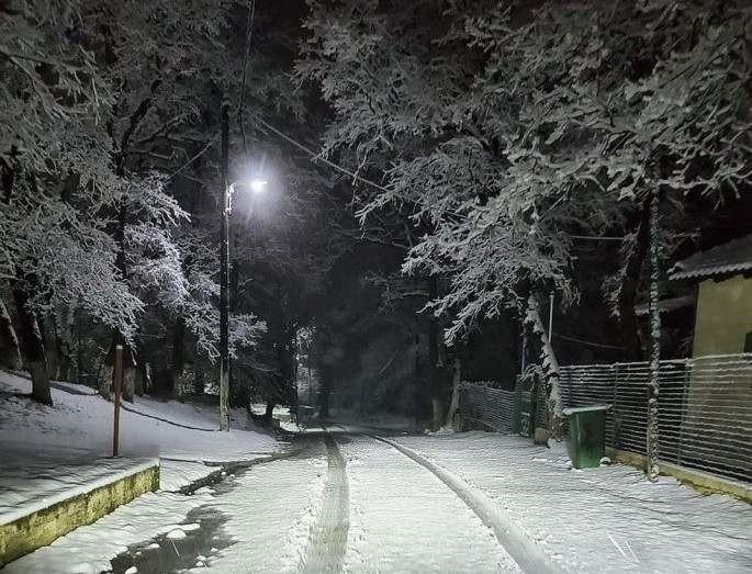 Ο καιρός το γύρισε και έφερε χιόνια - Έφτασε το μισό μέτρο στο Δίστρατο