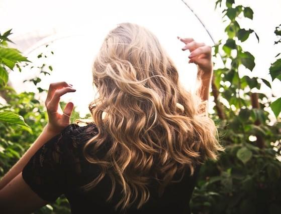 Βαριέσαι να λούζεις τα μαλλιά σου; Οι τρόποι για να φαίνονται σα να βγήκες από κομμωτήριο
