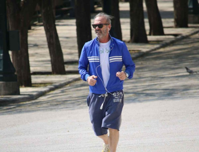 Βγήκε για τρέξιμο ο Πέτρος Κωστόπουλος - Τον κοιτούσαν όλοι να κάνει κύκλους στο πάρκο