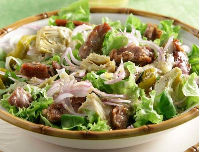 Σου περίσσεψε αρνί; Φτιάξτε ανατολίτικη σαλάτα με σκόρδο και λεμόνι