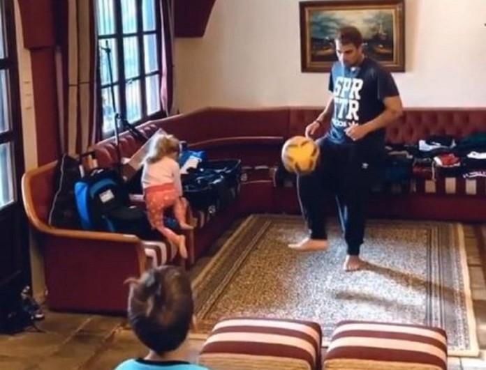 Ο Χανταμπάκης έκανε το σαλόνι του γήπεδο - Απίστευτο βίντεο με τα παιδιά του