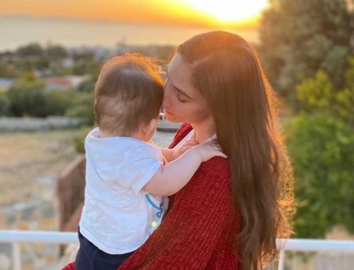 Φωτεινή Αθερίδου: Θήλασε δημόσια τον γιο της - Το δυνατό της μήνυμα
