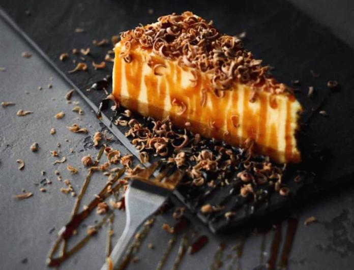 Salted Caramel Cheescake: Η συνταγή που θα μοιράσει πολλαπλά «εγκεφαλικά»