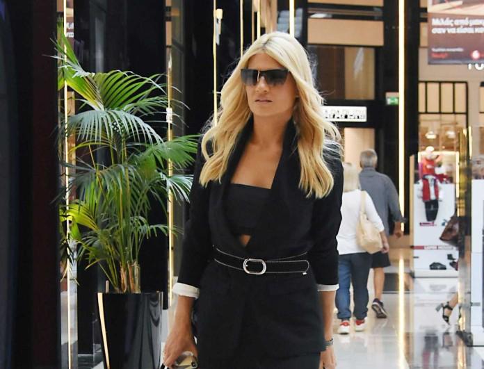 Φαίη Σκορδά: Σε σοκαριστικά χαμηλή τιμή στα BSB το τζιν σορτσάκι που φόρεσε στο πλευρό του Νίκου Ηλιόπουλου