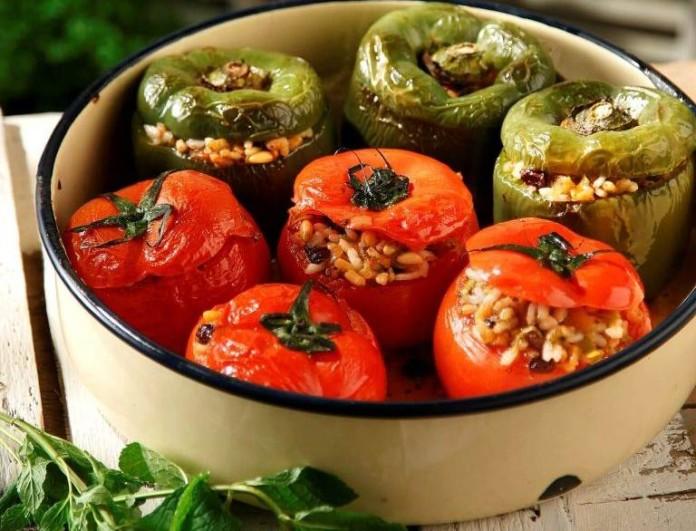 Γεμιστές ντομάτες σε 5 λεπτά από την Αργυρώ Μπαρμπαρίγου - Βάλε 1 πρέζα κανέλα και θα πάθεις πλάκα