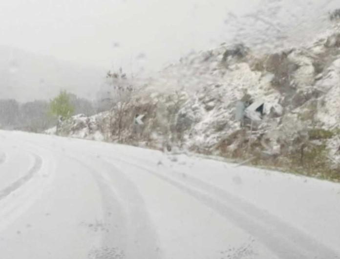 Αδιανόητες εικόνες από τη Χαλκιδική - «Άσπρισαν» οι δρόμοι από το χαλάζι