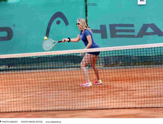 Κωνσταντίνα Σπυροπούλου: Παίζει τένις με κοντό σορτσάκι και κολάζει