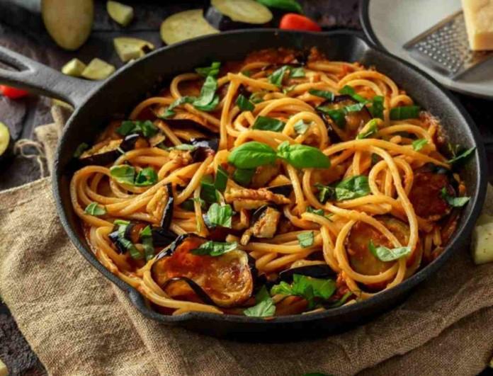 Μακαρόνια με κόκκινη σάλτσα και λαχανικά από την Αργυρώ Μπαρμπαρίγου - Πεντανόστιμα και γρήγορα