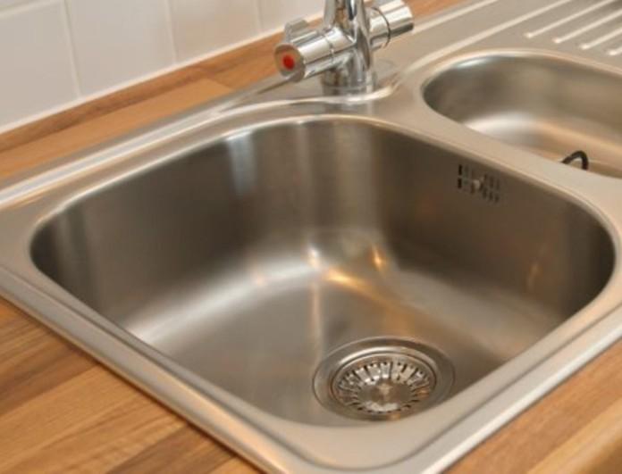 Φτιάξτε καθαριστικό διάλυμα με μαγειρική σόδα και ξύδι και εξαφανίστε τα βακτήρια από το νεροχύτη
