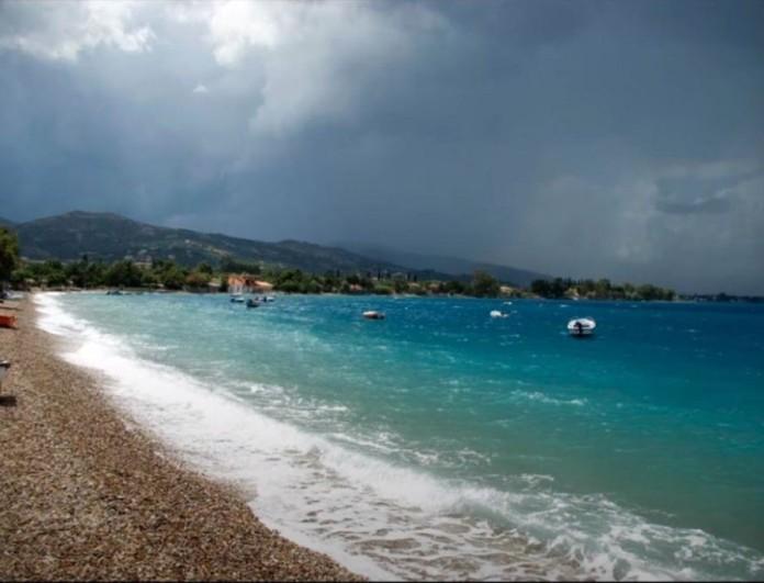Παραλία Άκολη: Έχει κρυστάλλινα νερά και είναι 2 ώρες πέρα από την Αθήνα