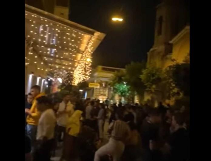 Λαοθάλασσα στο κέντρο της Αθήνας για ένα take away ποτό