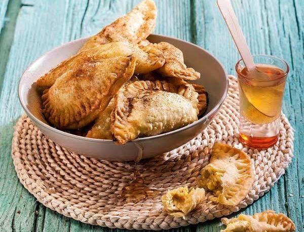 Ραφιόλια Πάρου από την Αργυρώ Μπαρμπαρίγου - Παραδοσιακή συνταγή με μυζήθρα και κανέλα