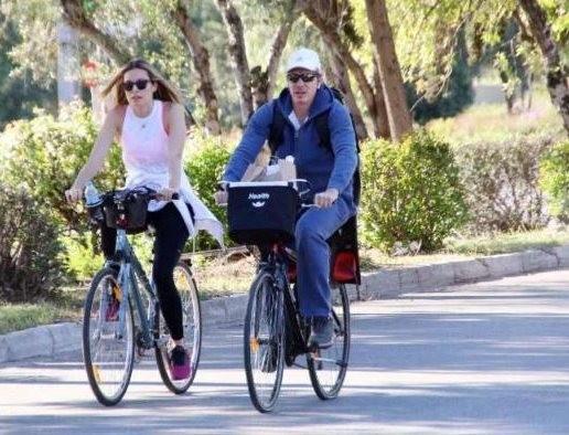 Μαριέττα Χρουσαλά - Λέων Πατίτσας: Βγήκαν βόλτα στη λιακάδα με τα ποδήλατα