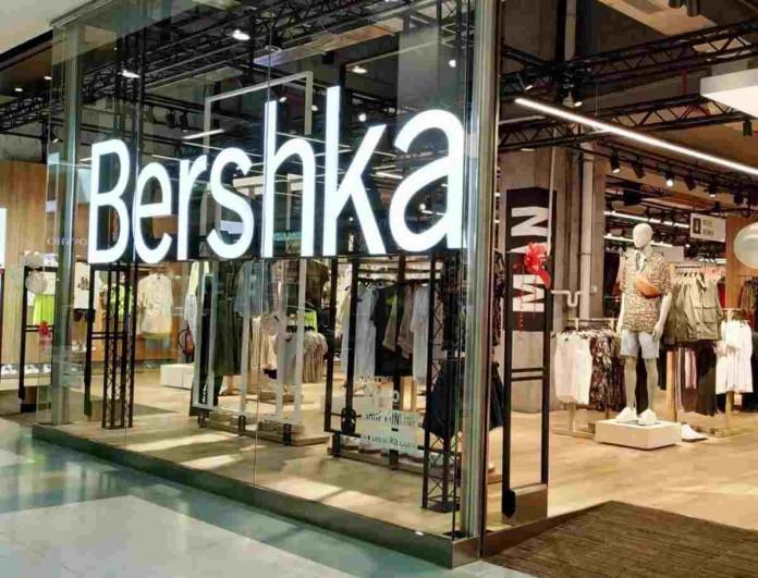 Καλοκαιρινός έρωτας το denim φόρεμα από τα Bershka